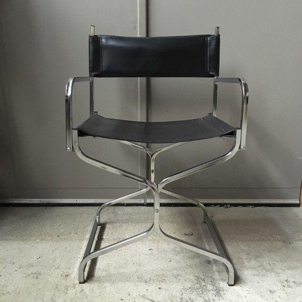 Fauteuil pliant. Tubulure carrée chromée. dossier amovible en skaï noir, assise en skaï noir. Hauteur de l'assise : 44 cm. Dimensions du fauteuil fermé : 10 x 41 x 100.