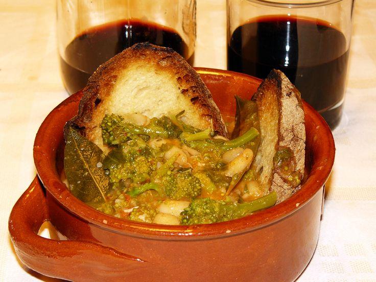 Zuppa di Fagioli e Cime di Rape - http://cucinasuditalia.blogspot.it/2009/12/fagioli-con-la-scarola.html