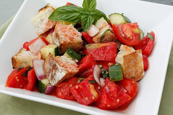 Panzanella - a Tuscan bread salad that is perfect as a summer dish for lunch or as a side.: Summer Dishes, Breads Salad, Panzanella Salad, Olives Oil, Red Onions, Summer Salad, Healthy, Lunches Recipe, Breads Tomatoes Salad