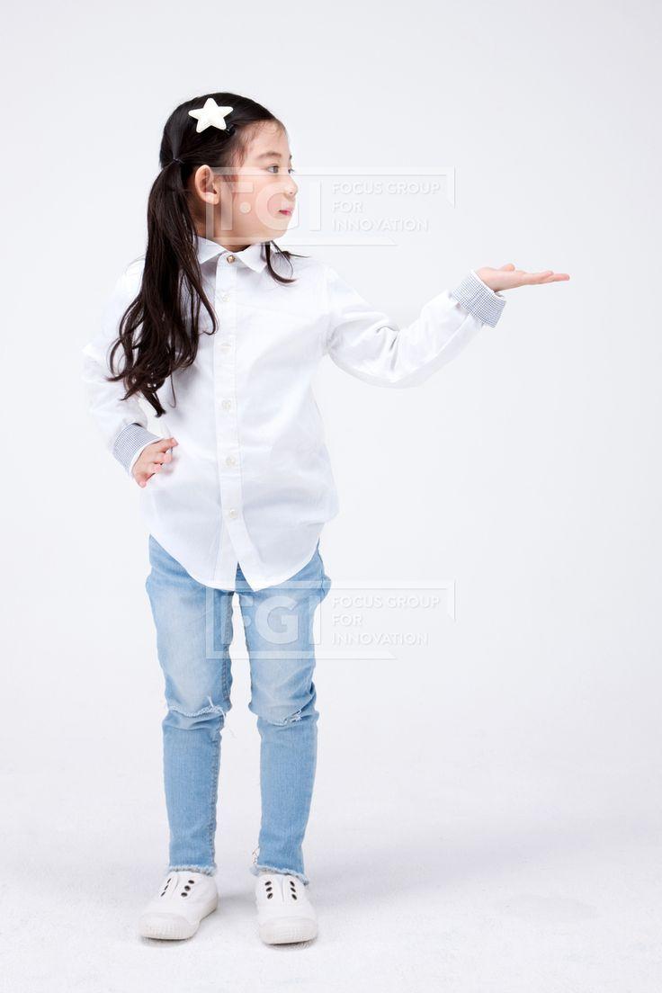 PHO407, 프리진, 사진, 어린이, 사람, PHO407f, 한국인, 동양인, 아시아, 어린아이, 여자, 여자어린이, 소녀, 1인, 전신, 앞모습, 서있는, 흰셔츠, 손, 허리, 가리키는, #유토이미지
