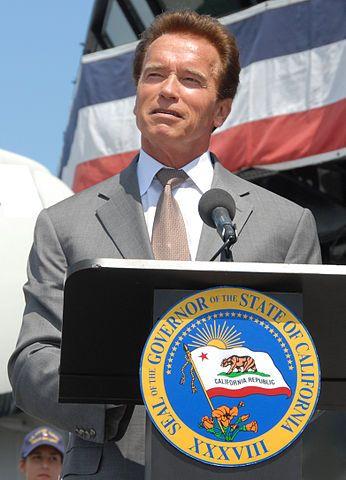 """Gouverneur Schwarzenegger bei der Ankündigung von """"Operation Welcome"""" auf der USS Midway. Quelle: Wikipedia / Dale Frost of the Port of San Diego"""