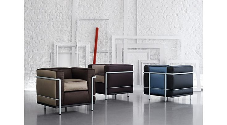 Véritable icône du design, le fauteuil LC2 est l'expression du rationalisme.«Villa Church» ajoute un twist à ce grand classique. WHAT..