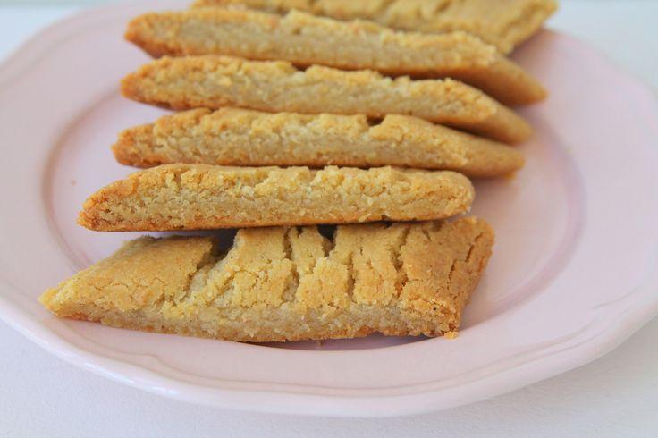 Startar dagen med ett sött tips! Och dessa knäckiga kardemummasnitt bara måste ni prova att baka så snart ni bara kan! Försvinnande goda it is! Det här behöver du: 200 gram smör 3 msk sirap 5 dl vetemjöl 1 1/2 dl strösocker 1 1/2 tsk bakpulver 1 msk vaniljsocker 2 … Läs mer