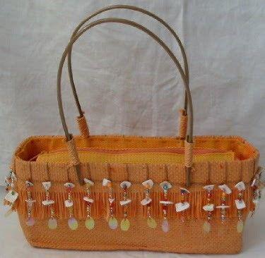Aparte oranje tas met stukjes schelp
