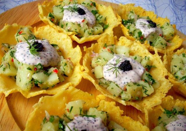 Smaczna Pyza: Dziugasowe koszyczki z sałatką kartoflaną i kawiorem - http://smacznapyza.blogspot.com/2011/10/dziugasowe-koszyczki-z-saatka.html