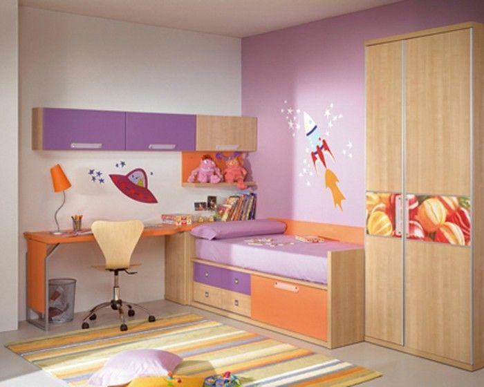 idee peinture chambre enfant originale murs en rose et blanc avec de jolis stickers muraux
