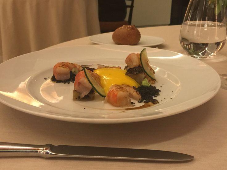 Gamberi di Santa Margherita con crumble di pane al carbone vegetale e melanzana