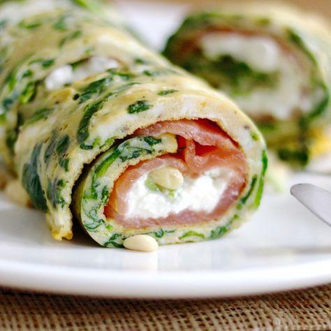 Spinazie omelet met zalm Benodigdheden (voor 2 personen): 3 handjes verse spinazie 4 eieren 75 gram cottage cheese 6-8 stengeltjes verse bieslook Pijnboompitjes (geroosterd) 75 gram plakken gerookte zalm