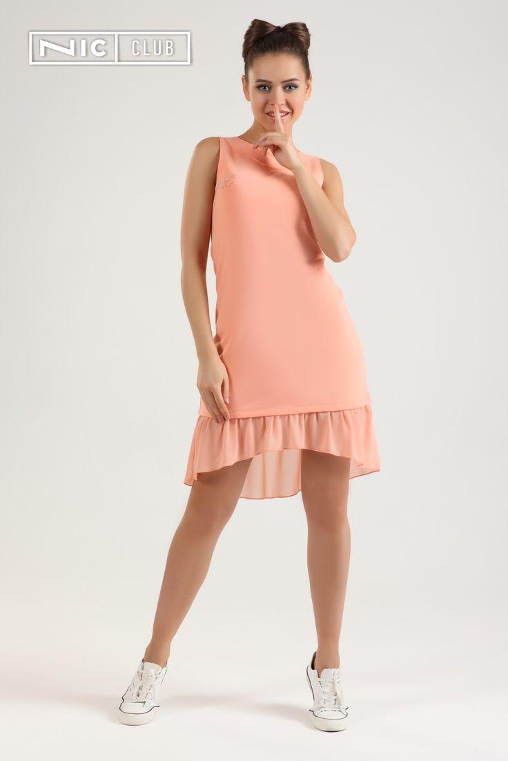 """Трикотажное платье Lolipop представлено в нежных оттенках — персиковом и ванильно-желтом. Изделие декорировано асимметричными шифоновыми сборками в низу юбки и стразовым принтом — буквами """"NC"""" на груди. На спинке платья — молния, позволяющая легко надевать платье без риска испачкать ворот макияжем. Милое, романтичное платье Nic Club из коллекции «Лолипоп» — отличный вариант для дома, прогулок, свиданий, походов в кино или по магазинам!"""