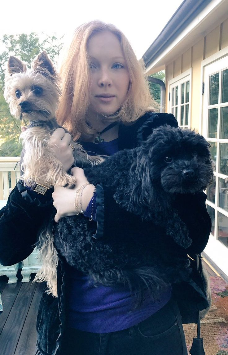"""#nationalpetday I  my girls pic.twitter.com/3gVmJT1uE2 — Molly C. Quinn (@MollyQuinn93) April 11, 2017"""