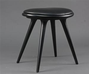"""barstol """"Mater"""" med sortmalet træben og sæde af sort læder. Højde 45 cm., bredde 46 cm."""