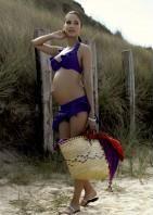 Goed bekeken zijn de zwangerschapsbadpakken en tankinis het aanzien niet waard. Dames wees trots op de buik en draag een bikini