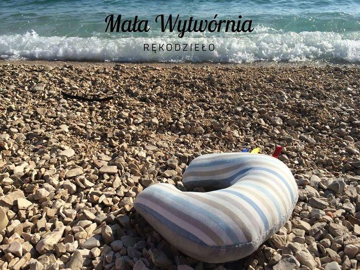 Poduszka wykonana jest z bezpiecznych materiałów (100% bawełna w kolorowe wzory; pluszowa tkanina Minky z tłoczonymi kropeczkami; wypełnienie antyalergiczne). Możliwość wyboru wzorów tkanin. www.facebook.pl/malawytwornia