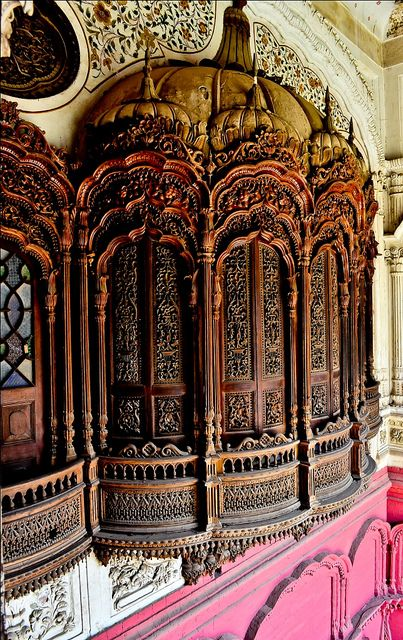 Architectural details inside Omar Hayat Palace in Chiniot, Pakistan (by ShaukatNiazi).