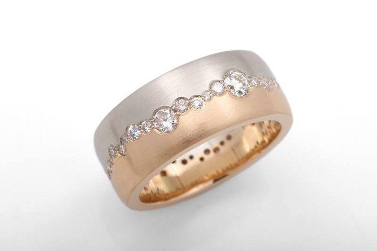 Kelta- ja valkokultaa yhdistävässä sormuksessa kiertää polveileva timanttirivi koko sormuksen ympäri