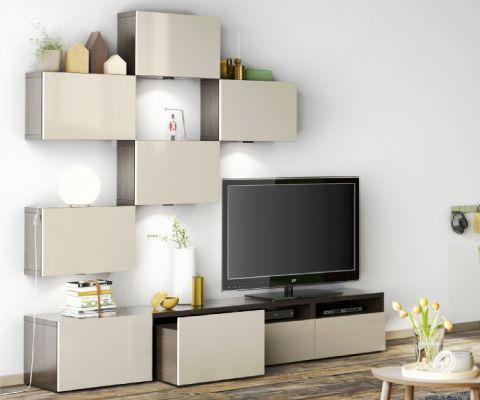 Mobile audio/video BESTÅ con ante bianche e a vetro, lampada da tavolo bianca, tappeto blu rotondo e parete verde