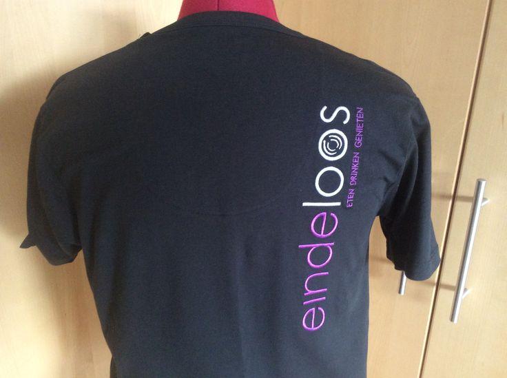 Op de valreep voor de vakantie nog even 30 shirts geborduurd voor Restaurant Eindeloos in Emmeloord. Zo lopen de medewerkers er deze zomer weer keurig en herkenbaar bij.