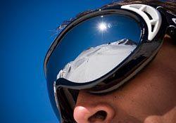 Bien choisir ses lunettes de soleil est essentiel pour bien protéger ses yeux. Et notamment en montagne car la réverbération est importante. Indice de protection solaire, couleur des verres… Tous nos conseils pour bien les choisir.