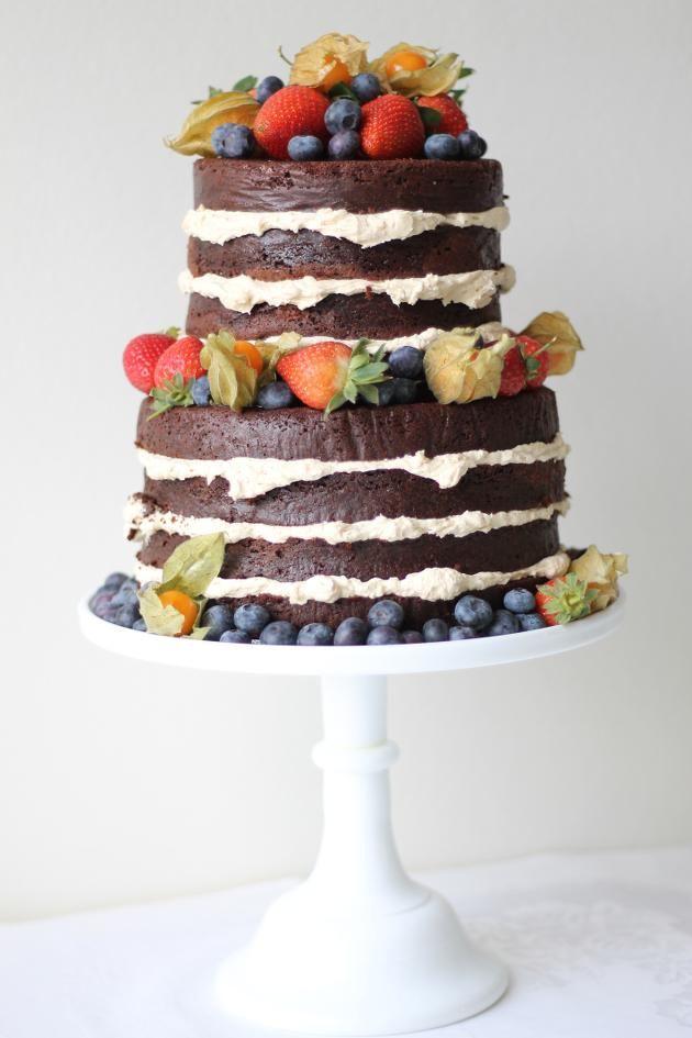 Голый торт с ягодами и цветами