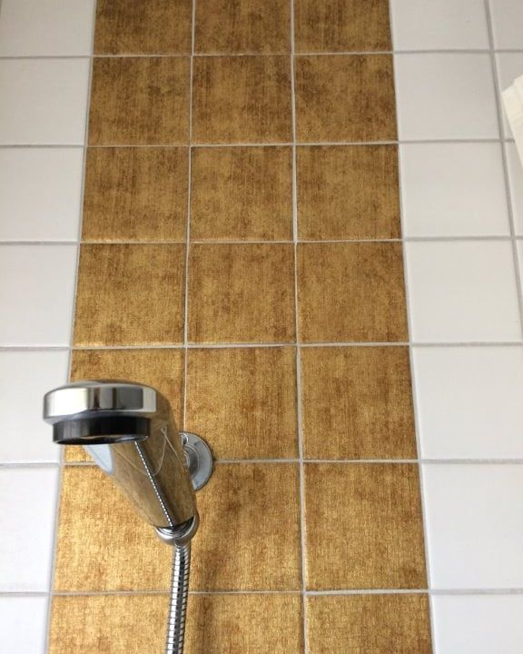 Fliesen Fliesenfolie Badrenovierung Bad Dusche Badewanne Gold Folie Renovieren Umbau Neubau Interio In 2020 Badezimmer Fliesen Fliesen Bekleben Bad Fliesen