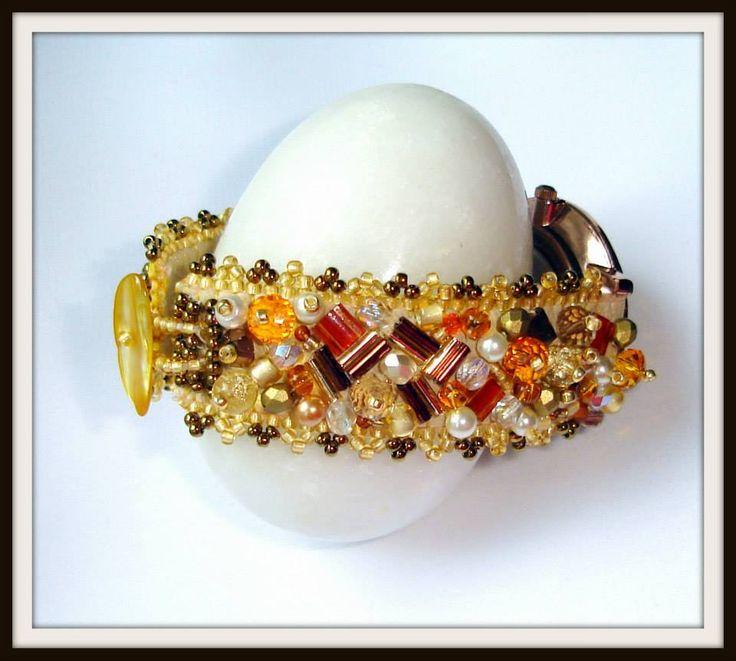 BRĂȚARĂ UNICAT - HONEY AND AMBER UNIQUE BRACELET - HONEY AND AMBER Create și realizate de Mireille Colours Bijuterii Tehnici: broderie cu mărgele japoneze, cehești, cristale, perle, pietre semiprețioase, terminații aurite sau argintate Design and realization - Mirelille Colurs Bijoux Techniques: beads embroidery, peyote,