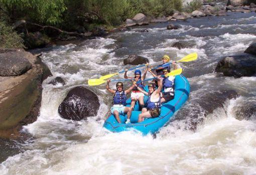 El rafting un deporte extremo donde se conjugan la destreza y el espíritu de aventura. El descenso de ríos es una actividad deportiva y recreativa que consiste en recorrer el cauce de los ríos en dirección de la corriente (río abajo) y que por lo general se hace sobre algún tipo de embarcación .  Las embarcaciones que más se utilizan son la balsa , la canoa o el kayak , que puede ser rígido o inflable.