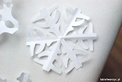 Wystarczy kilka ciachnięć nożyczkami, by otrzymać przepiękną, niekonwencjonalną śnieżynkę! :)