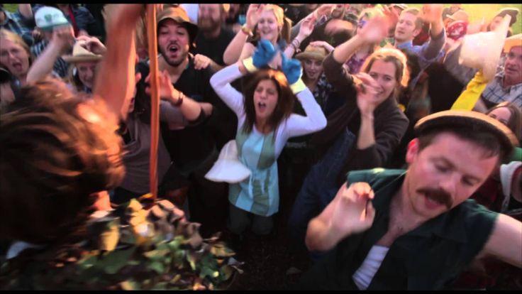 PANG - Masterworm Battle REMIX 2015 - Ajoutée le 2 janv. 2015 - Après des années de lutte sans relâche contre l'incinération des déchets organiques, le grand maître Masterworm remet son titre en jeu. Seuls les deux MC's, Maîtres-Composteurs, les plus vaillants de la capitale belge peuvent prétendre à la ceinture : MC Klik et MC Rien à Dire. Une vidéo de ce Battle extraordinaire nous est parvenue, il est à présent de votre devoir de partager cet événement de l'underground de l'underground.