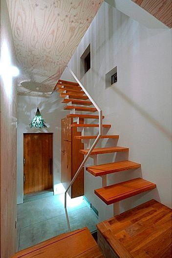 その他事例:玄関ホール・スケルトン階段(『ハラッパ』絶景の眺めを楽しめる草屋根のある家)