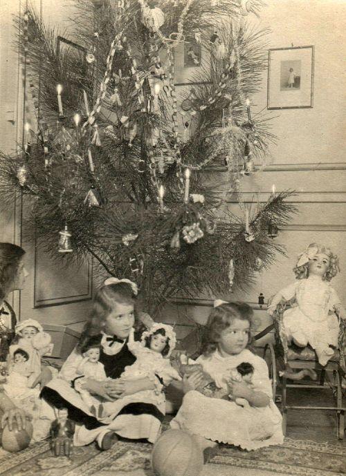 Christmas treasures - 1916 - (Via)