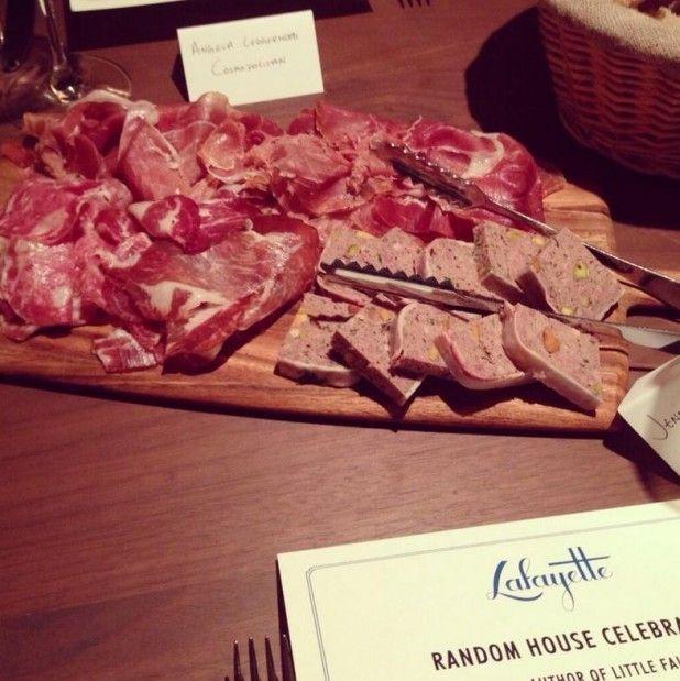 Rôtisserie à l'entrée, carte de vins français, pâtisseries qui défilent, casseroles suspendues et chaises façon …