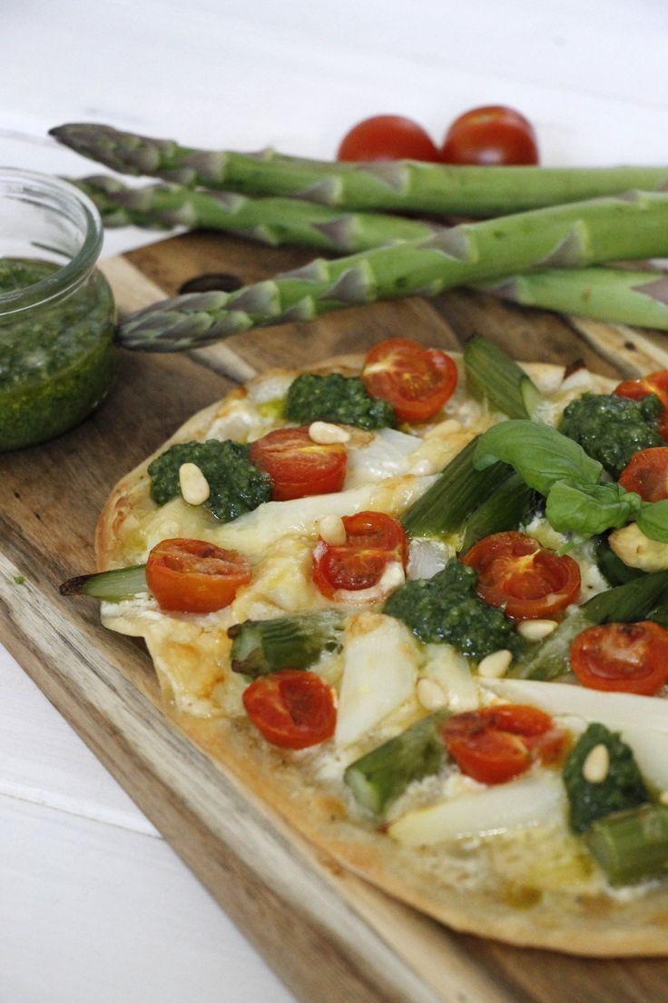 Rezept: Flammkuchen mit grünem und weißem Spargel
