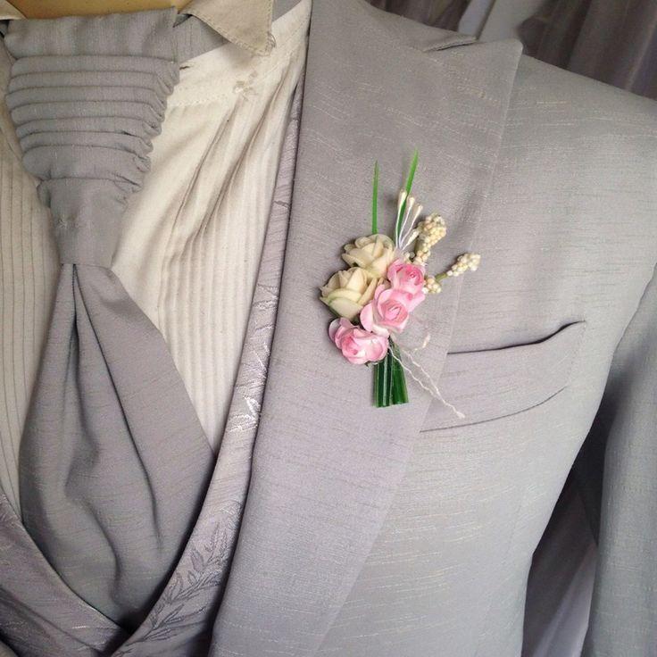 Lapela para Noivos e padrinhos marfim com rosa.