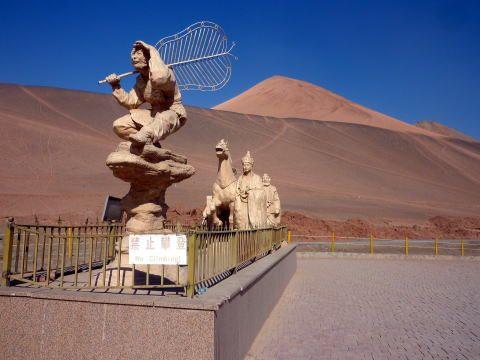 火焔山とベゼクリク石窟  悟空たち、三蔵法師一行の像  悟空は火焔山の火を消す芭蕉扇を持っています。