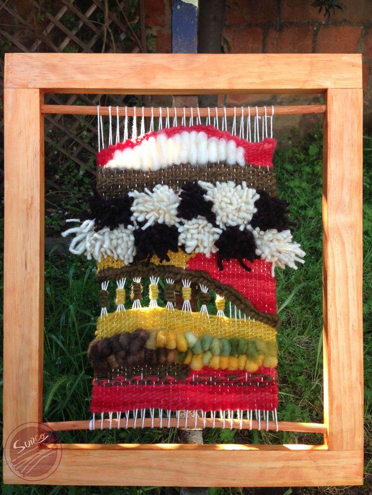 Telar decorativo en marco de madera de 50*40 cms. Realizado con lana 100% natural