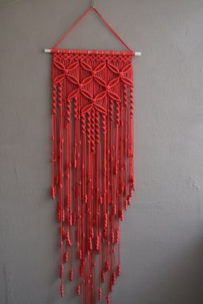 Tecnica a parete pannelli fatti a mano macrame. Materiale: 100% poliestere. Colore: rosso. Cinturino: legno naturale - pino. biadesivo La lunghezza del ponte in legno sul fondo, tra cui discussioni - 100 cm / 39,4 pollici Larghezza - 33cm/13 pollici