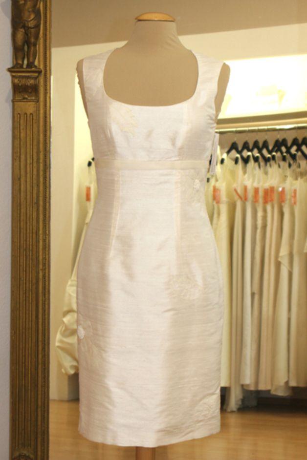 **Verwendete Materialien** 100 % Seide gefüttert mit 100 % Viskose schlichtes Brautkleid für Standesamt aus bestickter Doupionseide. Dieses edle und schlichte Kleid ist in etwa knielang,...