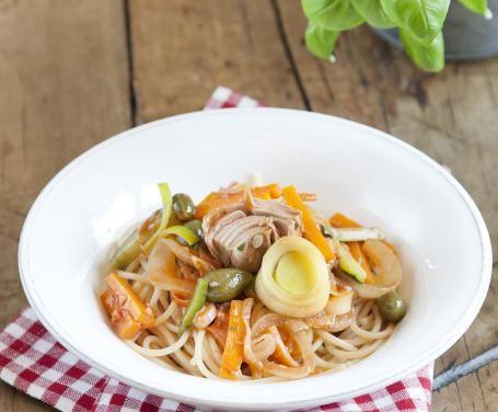 Spaghetti con tonno e verdure saltate