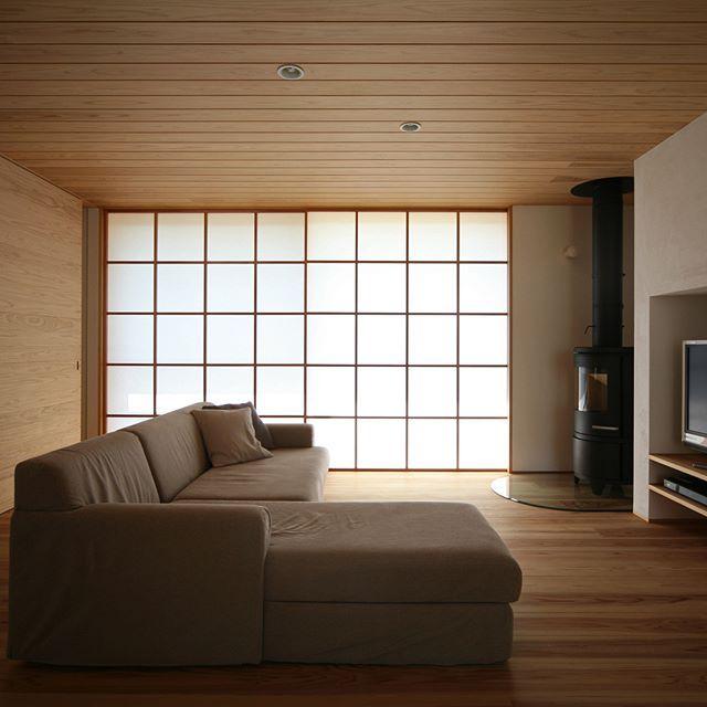 リビングからウッドデッキへ出入り出来る、天井から床までの開放的な大きな窓。障子を閉めると和モダンな落ち着きのある空間が広がります✨気持ちの良いシンプルなリビングに、存在感のある薪ストーブが映えます . #kisetsu#名古屋の注文住宅#設計事務所#工務店 #新築#外観#2018 #カフェ #rレッドシダー#リゾート #板張り#住まい #インテリア #シンプルモダン #ビルトイン#リビング #ガレージ #ループ #interior #interiorstyling #interiordesign #interiorandhome #interiors#interiordesign#architect #architecture #architectural #architectures #architects