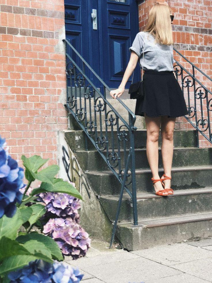 WONDERING WOMAN mit finster aus Hamburg: Slow Fashion Look mit Statement Shirt, Vintage Tasche & Sandalen und Rock von American Apparel. Fair Fashion Outfit