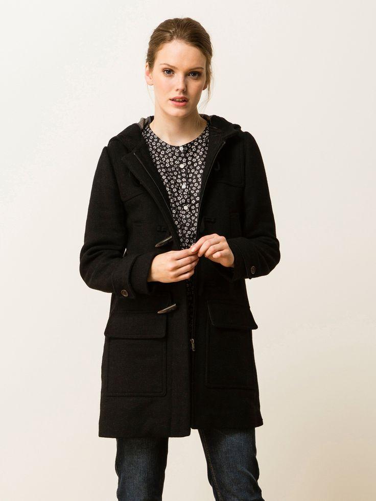 Duffle-coat en lainage double face. Capuche intégrée avec petite patte boutonnée amovible sur col. Fermeture par glissière métal et brandebourgs. 2 la