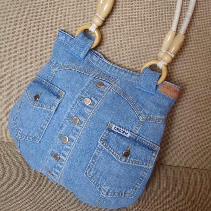 Džínová kabelka - vestička Kabelka se zapíná na magnetický knoflík a má podšívku z kvalitní silné bavlněné látky. Pěkně drží tvar. Uvnitř je jedna riflová kapsa (21cmx13cm), která je v polovině rozdělená. Kapsa na druhé straně (16cmx15cm) je bavlněná a na zip. Rozměry kabelky: nahoře 29 cm, dole 35 cm, výška 30cm. Ucho na kabelce je dlouhé 60cm. Praní kabelky: ...