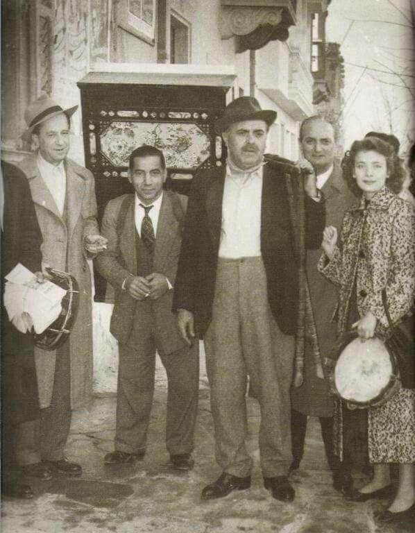 Από τα γυρίσματα της ταινίας Λατέρνα, φτώχεια και γαρύφαλλο, 1957 ....Διακρίνονται οι: Μίμης Φωτόπουλος,Βασίλης Αυλωνιτης, Τζένη Καρέζη και Χρήστος Τσαγανεας.....