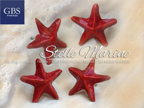 Navy. Qui presentate con il colore del corallo, le maniglie Stella Marina di GBS sono in ferro battuto e decorato a mano. Made in Florence