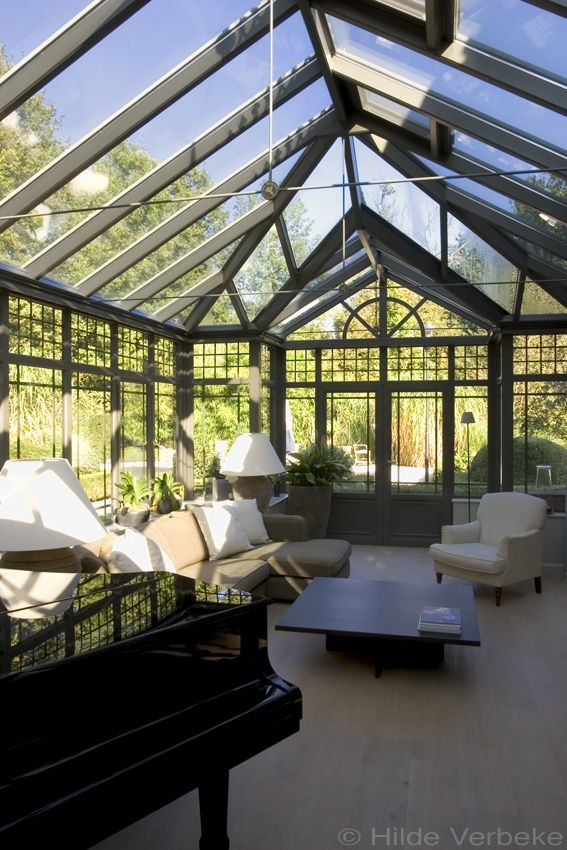 Prachtige orangerie waar de vleugelpiano en zithoek een mooi geheel vormen, English Woodline Conservatory | De Mooiste Veranda's