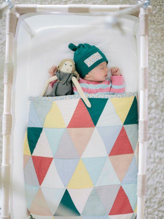 Unsere Federwiege mit Kokosmatratze, sorgt für Wohlgefühl und gesunden, ruhigen Schlaf. Hat Ihr Baby Einschlafprobleme? Dann ist die Federwiege genau das richtige für Ihr Kind: Weil die Federwiege Schaukeln und Federn kombiniert, schläft Ihr Baby sehr schnell ein. Schließlich ähnelt dies sehr den Bewegungen aus der Zeit, als es noch in der Gebärmutter schlief. Besonders in der Nacht, wenn Ihr Kind für einen Augenblick aufwacht und sich bewegt, beginnt die Federwiege dadurch zu federn und…