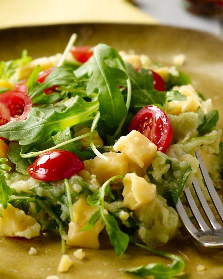 Een stoemp voor vegetariërs en/of kaasliefhebbers: rucolastoemp met oude kaas en frisse kerstomaatjes erbij. Een echt lente-gerechtje!