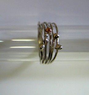 Cinq anneaux. Bague en argent massif et petites perles d'argent et d