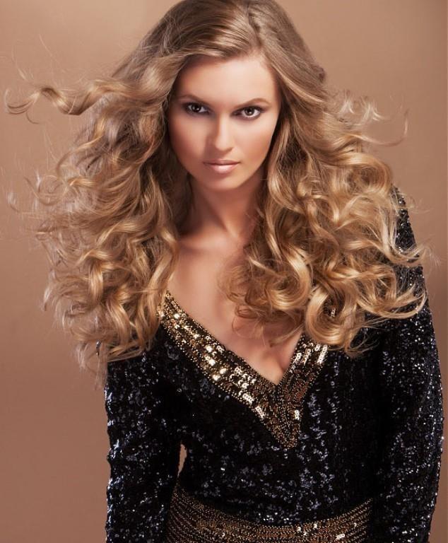 Curly hairstyles - Düz fönlü saçlar yerine kıvırcık ve dalgalı saç modellerini tercih etmenizi öneririz.