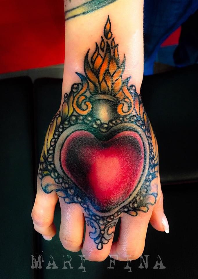 Con questo mio ultimo lavoro della stagione..su una cliente stupenda che non ha fatto una piega neanche dopo 3 ore e mezza di tatuaggio sulla mano..auguro a tutti voi cari fans buone vacanze!!⚓✈⛵ Vi aspetto numerosi al mio rientro il 4 settembre!! by Mari Fina  Tattoo Artist: Mari Fina Tatuaggio traditional  http://www.subliminaltattoo.it/prodotto.aspx?pid=08-TATTOO&cid=18  #subliminaltattoofamily   #marifina   #tatuaggio   #tattoo   #tattooartist   #traditionaltattoo